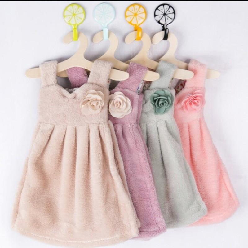 可愛連衣裙加厚珊瑚絨衣服擦手巾 吸水掛式廚房毛巾帶衣架(顏色隨機出貨)
