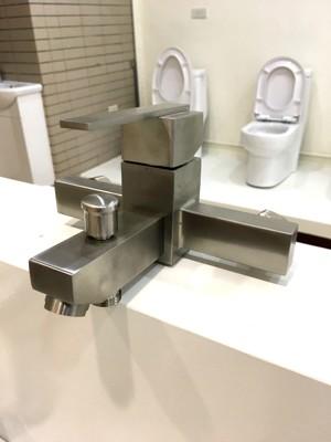 不鏽鋼淋浴龍頭+蓮蓬頭+固定座+出水軟管(配件皆為不鏽鋼) 304不銹鋼(砂光) 方形設計感 (7.9折)